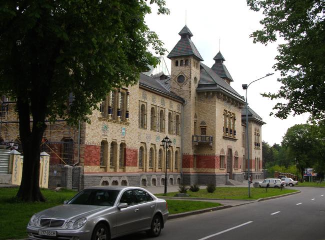 Полтавський краєзнавчий музей (1903 - 1908 рр, архітектор В. Кричевський)
