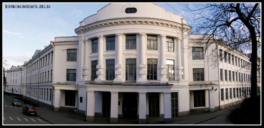 Головний корпус аграрного університету. У 19 столітті це була найбільша в Україні гімназія